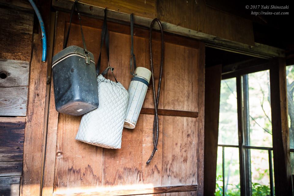 【廃墟写真】滝ノ上原野の廃屋群_水筒・弁当箱