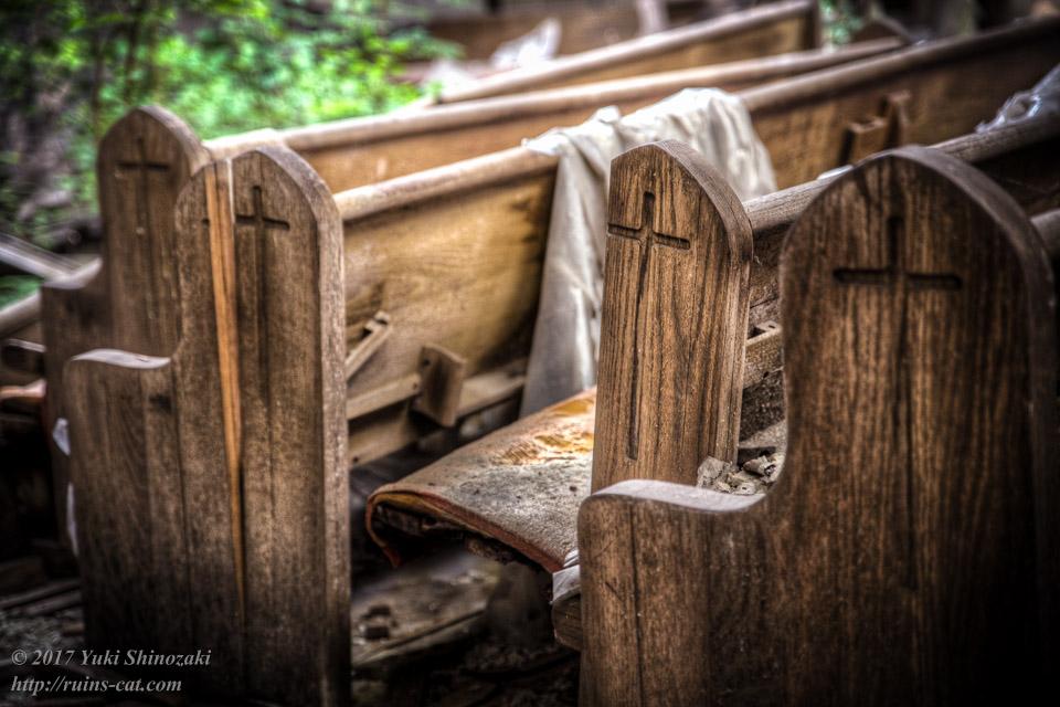 信者用の朽ちた長椅子