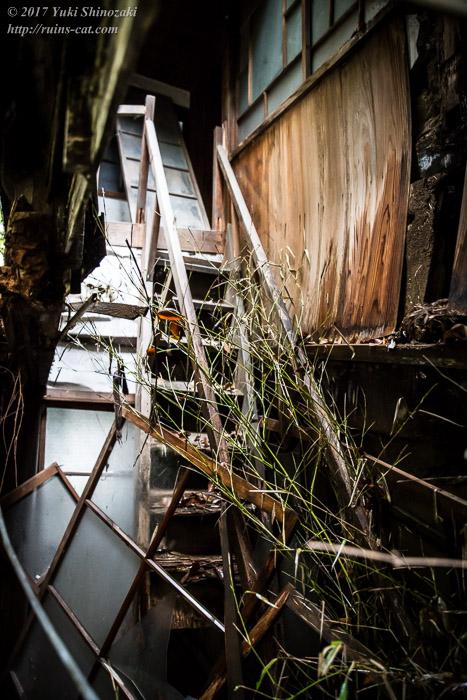 【廃墟写真】K医院_母屋内部その3。落ちた階段。