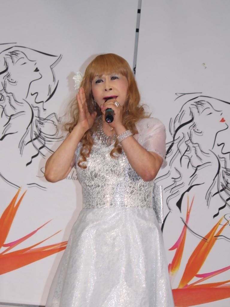 銀色のショートドレス舞台(1)