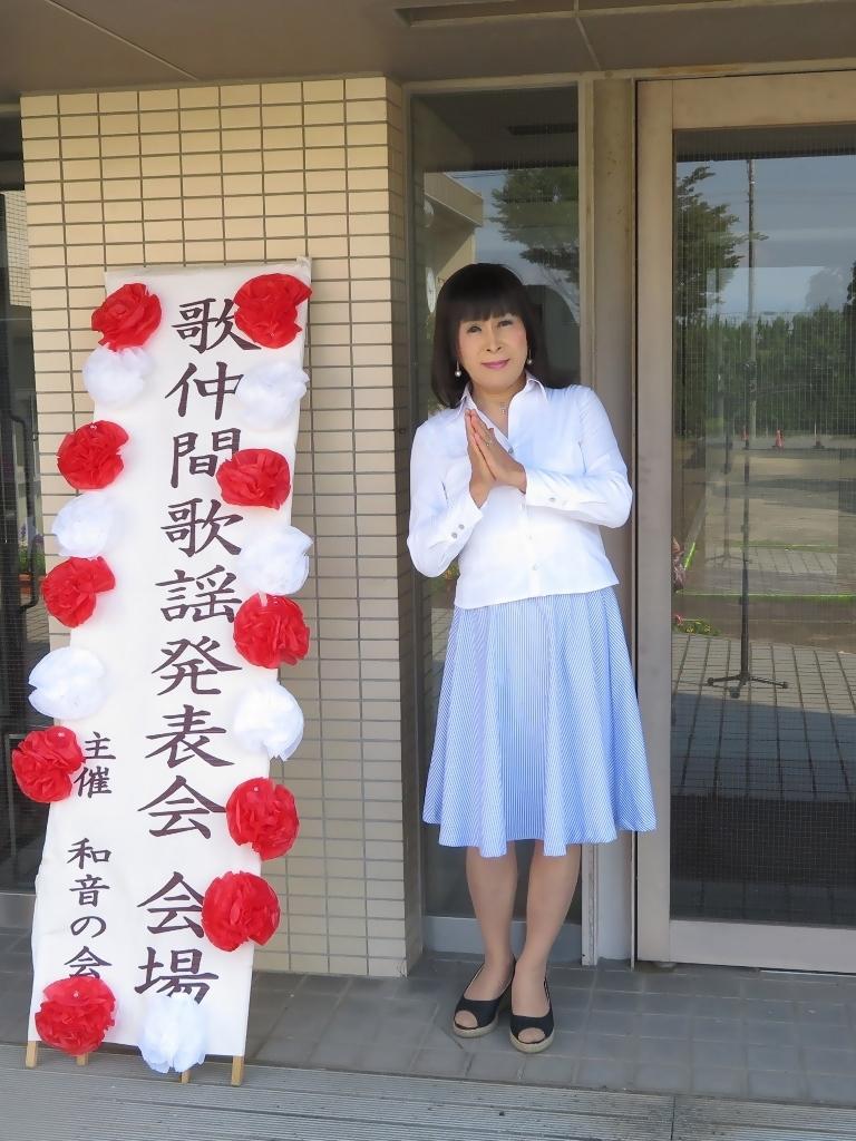 会場入り口水色スカート(1)