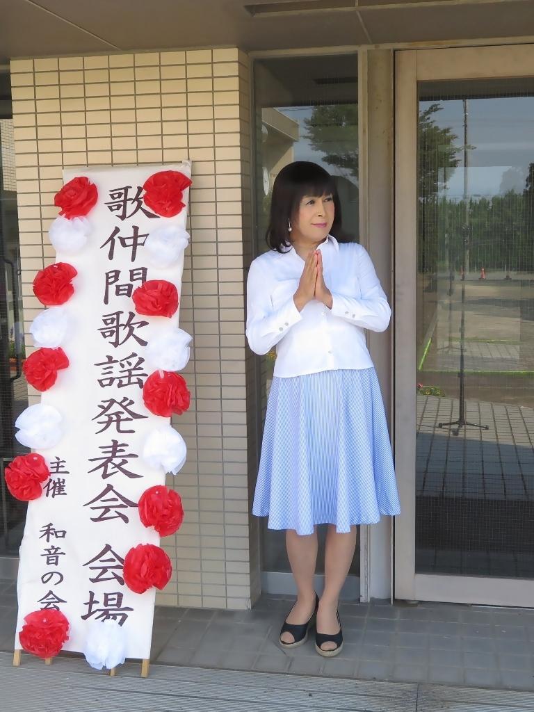 会場入り口水色スカート(2)