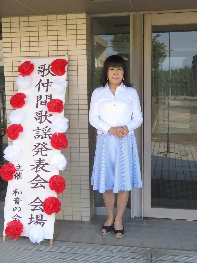 会場入り口水色スカート(3)
