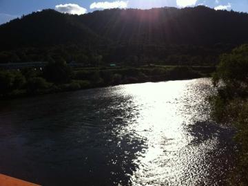 天塩川越しに温泉を望む