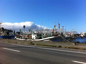 大量のイカ釣り漁船