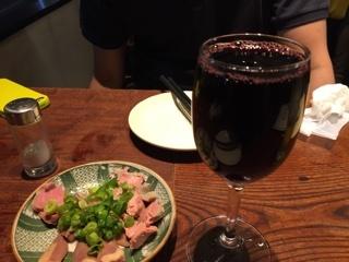 大山鶏のレア刺しに赤ワイン