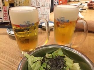 ビール(プレモル香るエール)とお通しのキャベツ