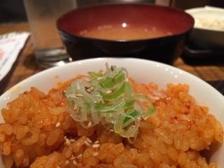 お味噌汁と本日のお食事(キムチの炊き込みご飯)