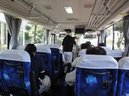 バスの車内、いざ出発