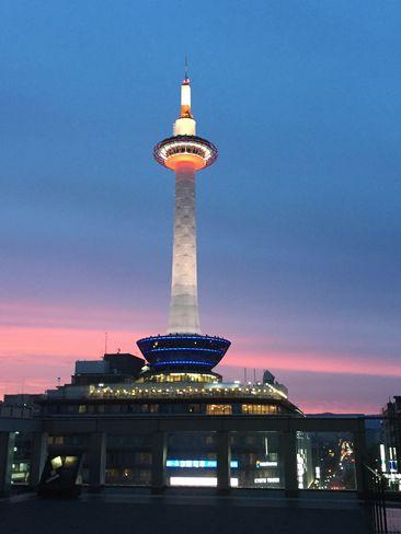 ライトアップ直後の京都タワー_H29.06.26撮影