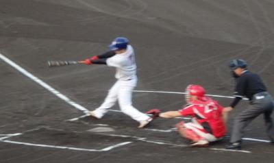 P7133667江津球友1回表2死一、二塁から5番が左越え2点二塁打を放つ