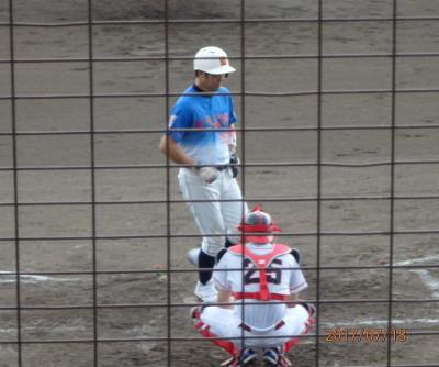 P7184071炭焼き4回裏、この回トップの4番濱口が左翼越え本塁打を放つ