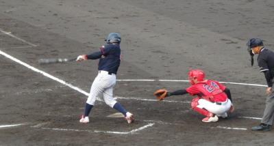 P72643523回表コスギ1死満塁から5番が走者一掃の左中間二塁打を放つ