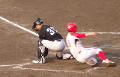 P7284536Hプラン3回裏1死二、三塁から2番の投ゴロで三走生還、二走もうまい走塁を見せ、ホームへ滑り込む
