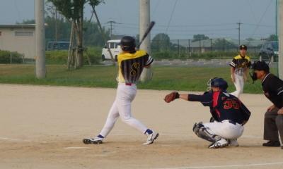 P80146233回裏右中間三塁打を放った小田を三塁におき、4番徳永が右前打を放ち1点追加