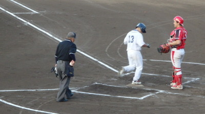P8024670中村造園1回裏2番が2球目を左越え本塁打を放ち1対1