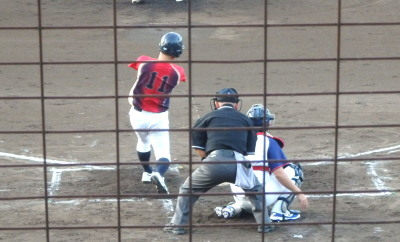 P8295653セキュAZ2回表1死二塁から6番が左中間に先制二塁打を放つ