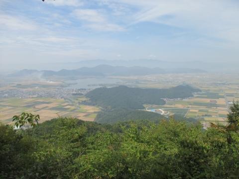 安土山と西湖 かすかに琵琶湖