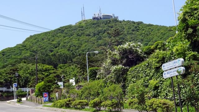 75ロープウェイ山麓駅から函館山を見上げる