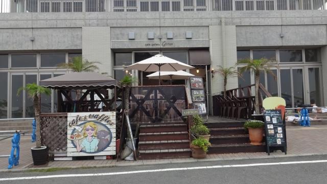 5海に面したコーヒーとワッフルの店