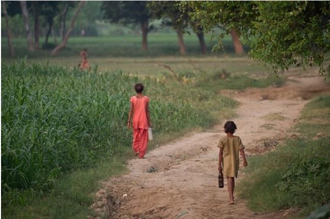 2017-9-17インドの用足しに行く子供たち