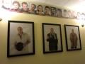 ベリャコーヴィッチ氏の写真が飾られた劇場ロビー