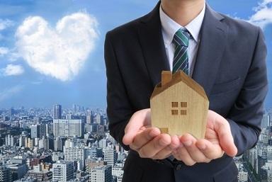 ビジネスマンとハートと家