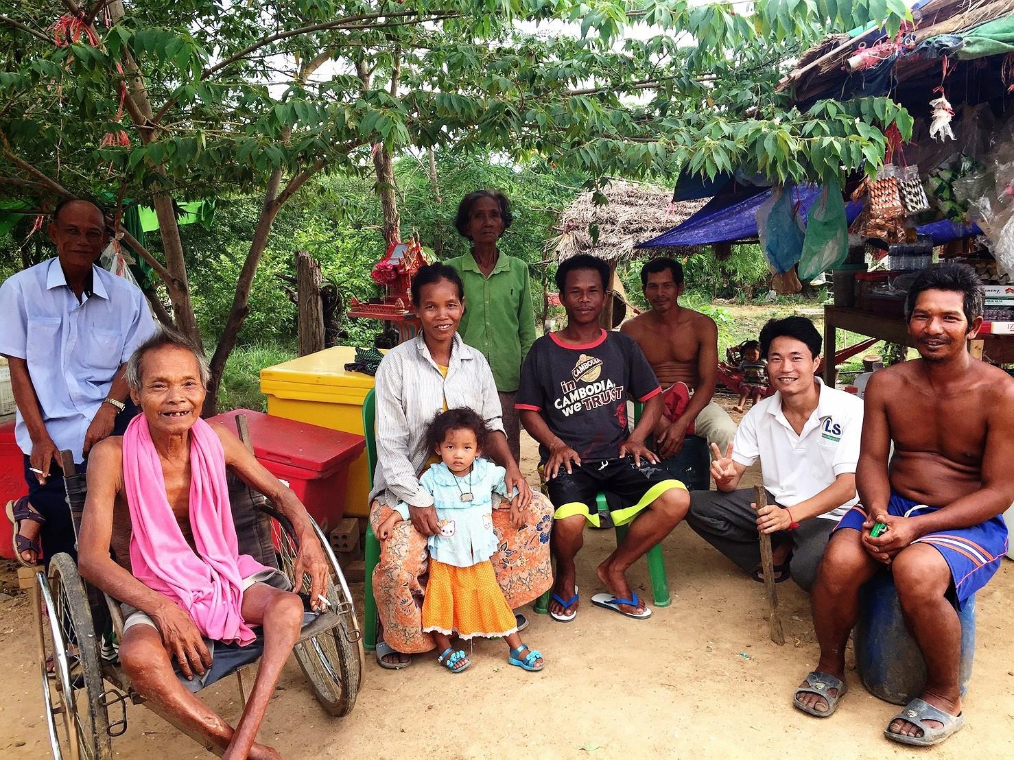 サーウさん家族とお店に来ていた村人との集合写真