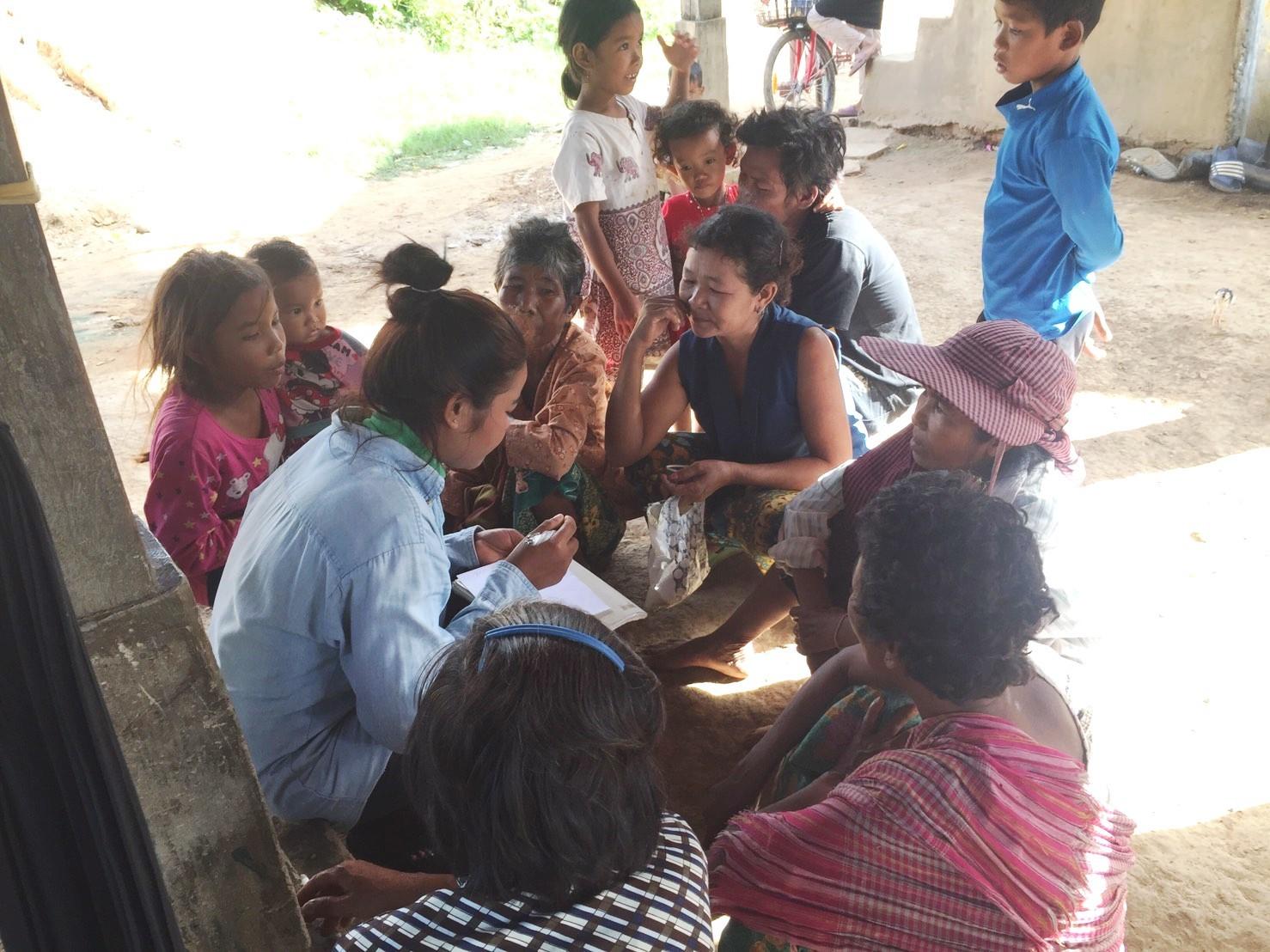 自治会にてビジョンについて話し合っている女性リーダーと村人たち