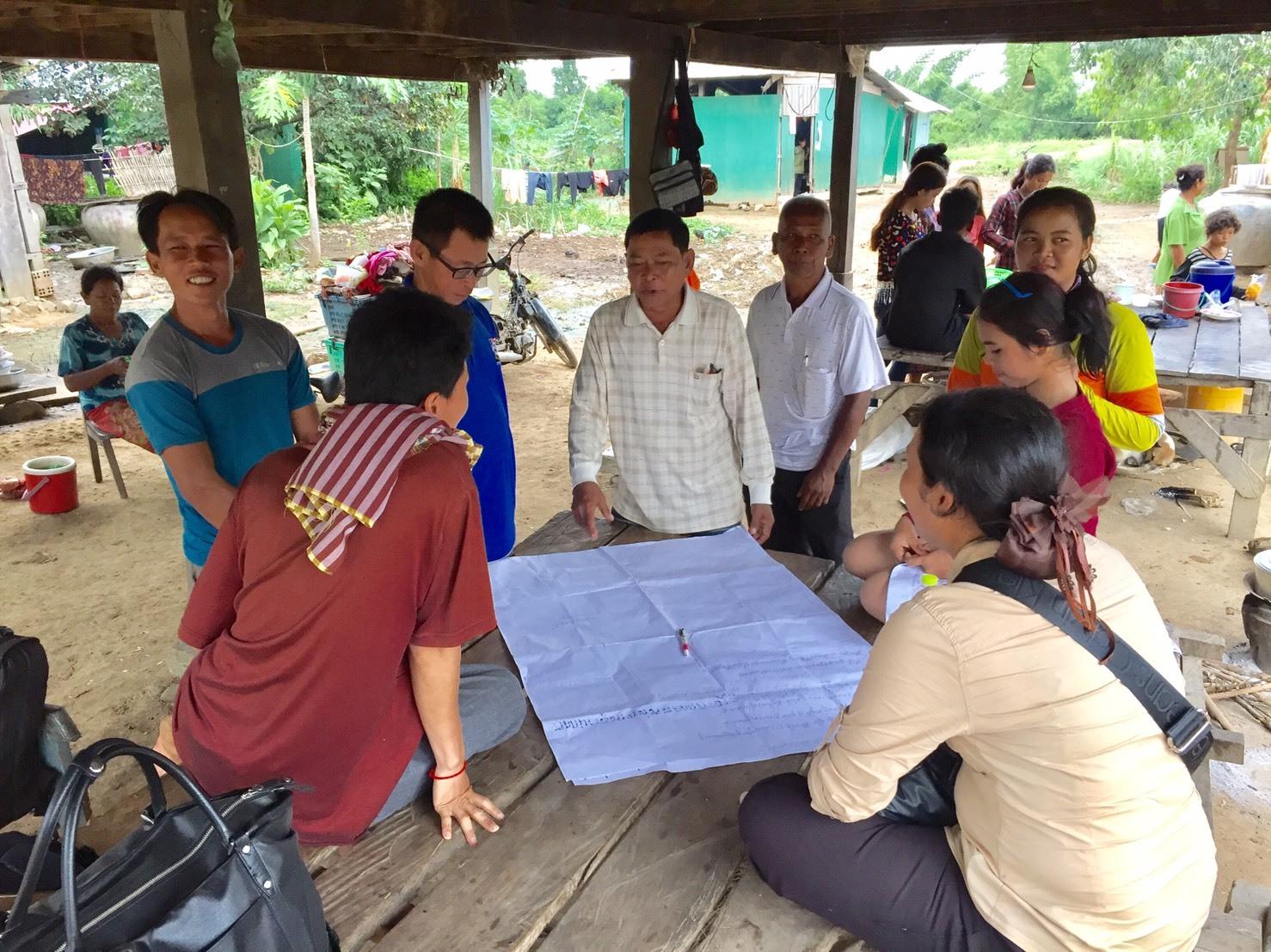 話し合いをしている村のリーダーと当会スタッフ