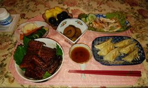 晩御飯 鰻と薩摩芋煮とシーフードマリネ ギョーザ