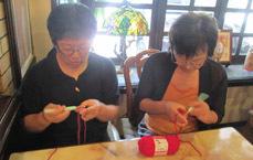 食事待ちで編み物講座