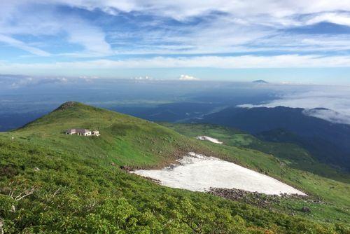鳥海山と庄内平野と雲海と小屋