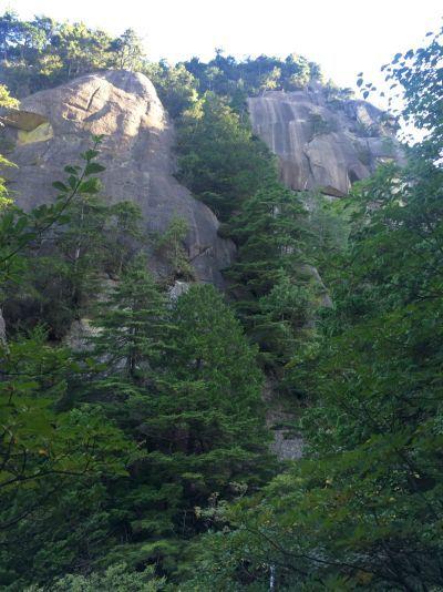 渓谷の岩壁