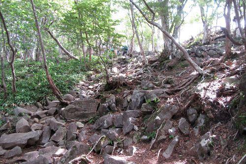 岩ゴロ斜面を登る
