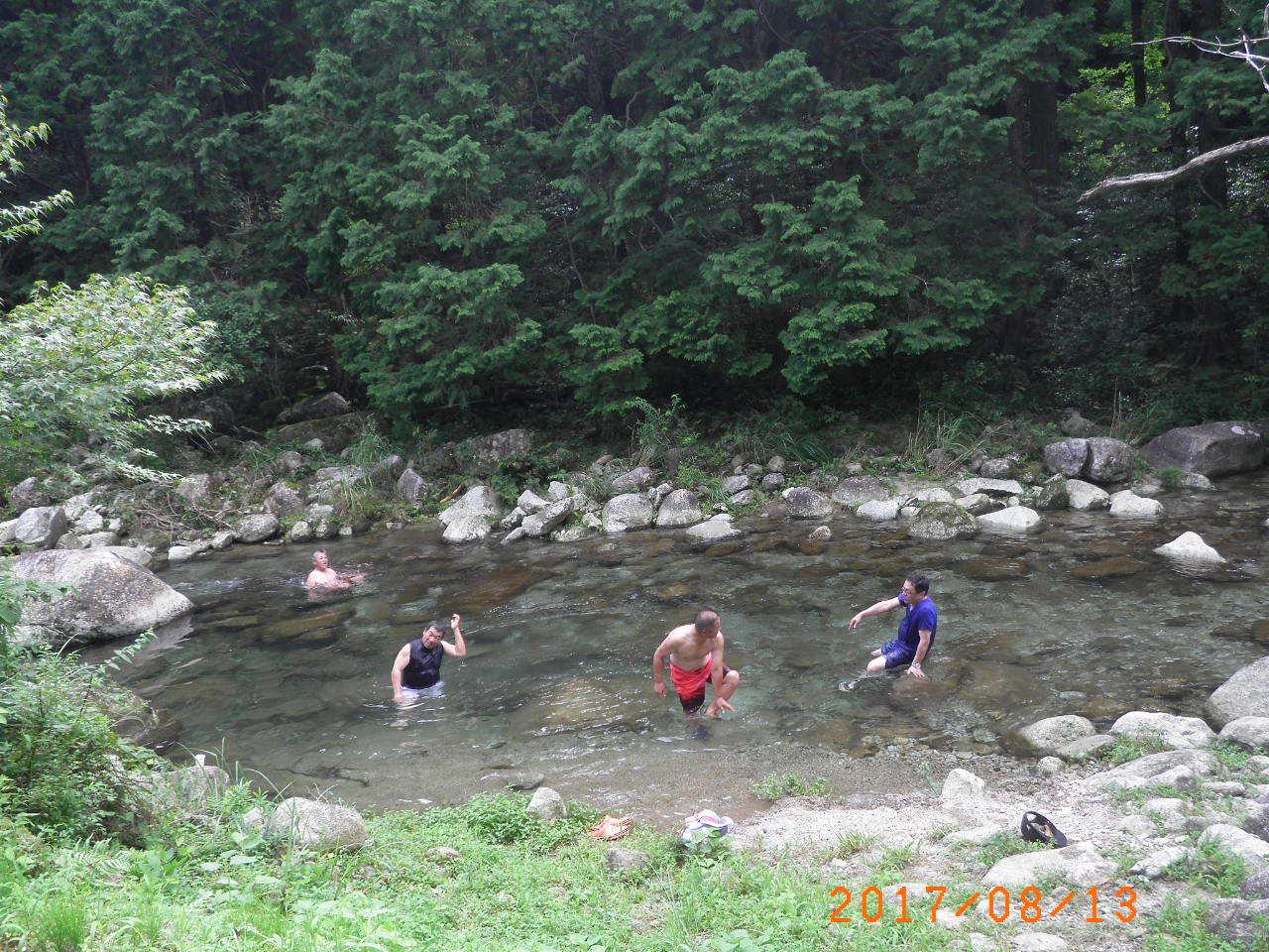 川に浸かって67