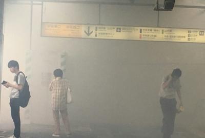 【画像】新宿駅が煙でヤバい!!!煙の中から怪物出てきそう・・・・