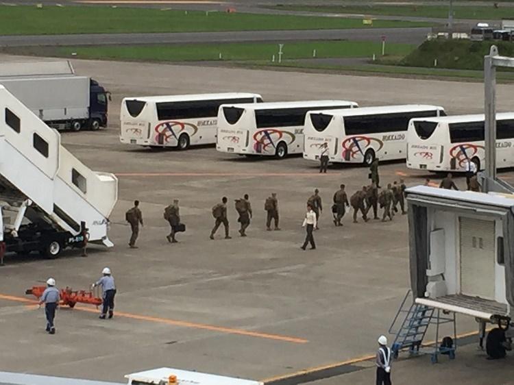 17 8 15バスに乗込む海兵隊員