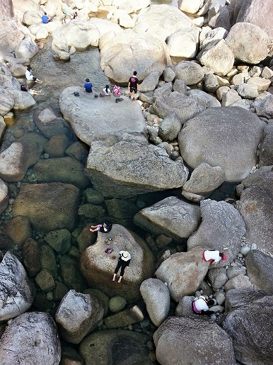 7月17日 安房川小杉谷橋下 アイシング中の登山者たち