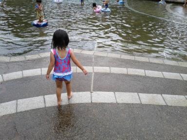 初水着、じゃぶじゃぶ池