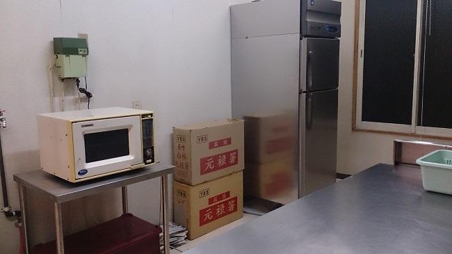 自炊場。冷蔵庫と電子レンジ