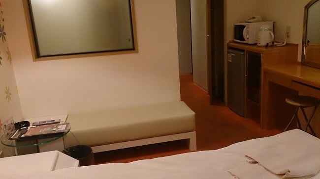 ホテルアネックス 部屋 ベンチテーブル
