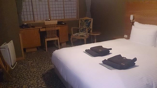 JR九州ホテル ブラッサム大分 部屋 ベッドとデスク
