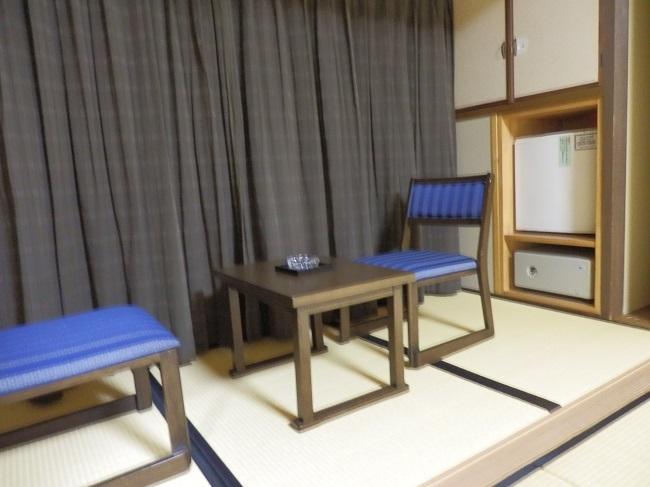 萩小町 和室 広縁 冷蔵庫、金庫