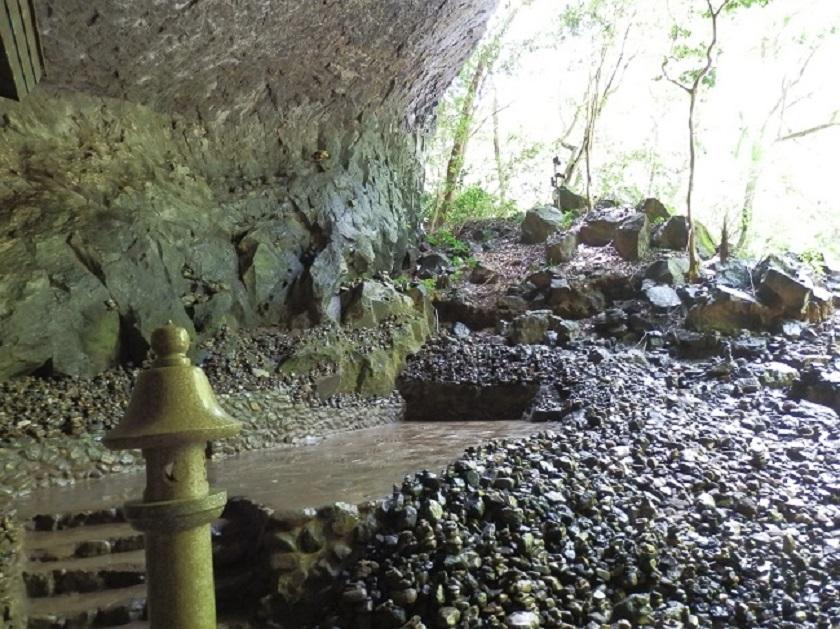天安河原 洞窟2
