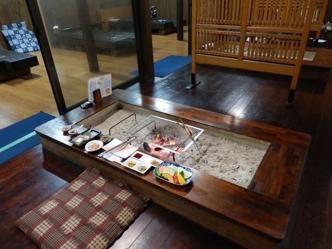 離れの宿白木 囲炉裏テーブル