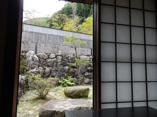離れの宿白木 和室から裏庭