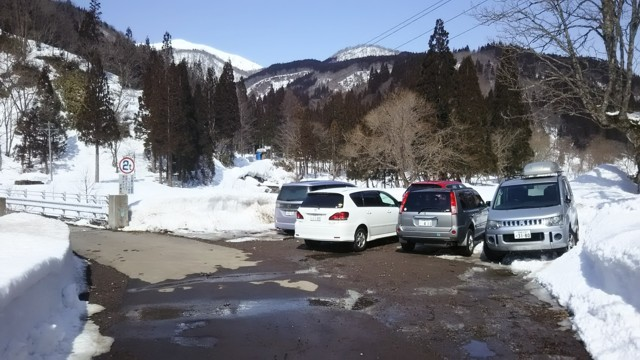 3月18日 橋横の駐車スペースは満車
