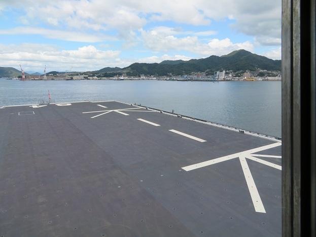 かが後部艦橋から右舷を見る
