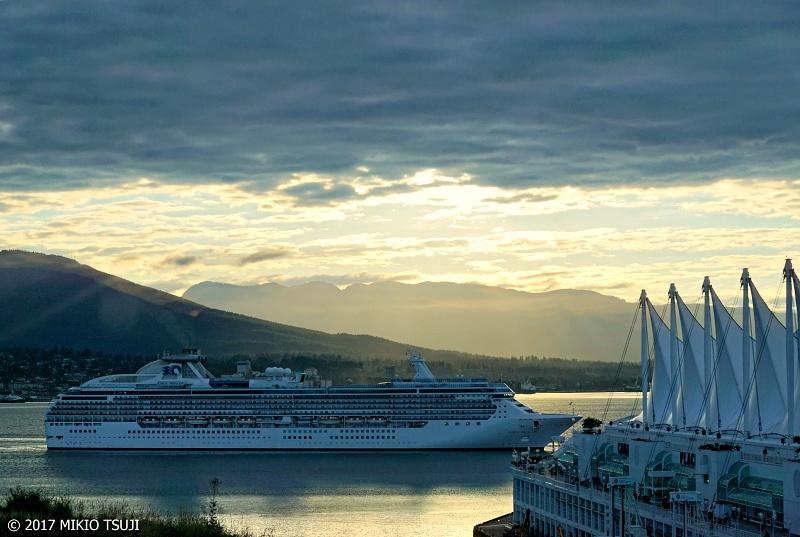 絶景探しの旅 - 0350 夜明けのカナダプレイスに入航するコーラル・プリンセス (カナダ バンクーバー)